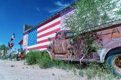 SELIGMAN, AZ - CZERWIEC 29, 2018: Stara ciężarówka along i flaga amerykańska obrazy royalty free