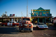 SELIGMAN - Carros do vintage ao longo de Route 66 fotos de stock