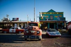 SELIGMAN - Coches del vintage a lo largo de Route 66 fotos de archivo