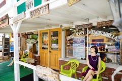 SELIGMAN, O ARIZONA, EUA - 1º DE MAIO DE 2016: U retro colorido S Decorações de Route 66 no distrito histórico de Seligman Fotos de Stock Royalty Free