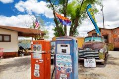 SELIGMAN, O ARIZONA, EUA - 1º DE MAIO DE 2016: U retro colorido S Decorações de Route 66 no distrito histórico de Seligman Fotografia de Stock
