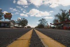 SELIGMAN, USA - CIRCA IM NOVEMBER 2017: herauf Verschiebung auf historischer Straße des Weges 66 Lizenzfreies Stockbild