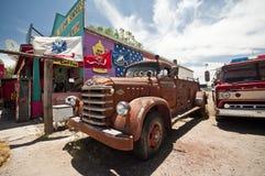 SELIGMAN - Viejo vintage Ford Fire Truck a lo largo de Route 66 Imagenes de archivo