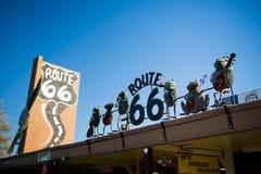 SELIGMAN - Weinleseautos entlang Route 66 Figürchen auf die Oberseite eines Restaurants Lizenzfreie Stockfotos
