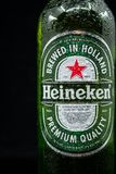 Selinsgrove, Pennsylvania - Maart 18, 2019: Een fles Heineken-bier tegen een zwarte achtergrond wordt geïsoleerd die royalty-vrije stock foto