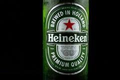 Selinsgrove, Pensilvania - 18 marzo 2019: Una bottiglia della birra di Heineken isolata contro un fondo nero fotografie stock libere da diritti
