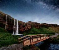 Seljalandfoss siklawa przy nocą Most nad rzeką fantastyczna natura Iceland europejczycy zdjęcie stock