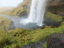 Seljalandfoss-Wasserfall in Island; sein Strom, der den Boden mit Kraft schlägt stockfoto