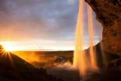 Seljalandfoss Wasserfall am Sonnenuntergang, Island stockfoto