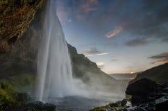 Seljalandsfoss瀑布在黄昏的冰岛 免版税库存照片
