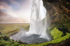 Seljalandsfoss,冰岛-通过在与rainb的瀑布下 库存照片