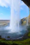 Seljalandsfoss baja de detrás Islandia Fotos de archivo libres de regalías