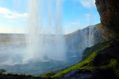 Seljalandsfoss baja de detrás Islandia Fotos de archivo