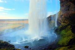 Seljalandsfoss tombe par derrière l'Islande Images stock