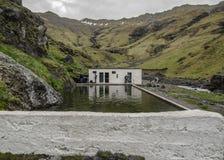 Seljavallalaug openluchtpool met natuurlijk warm water dicht bij Seljavellir in Zuid-IJsland, Europa stock foto