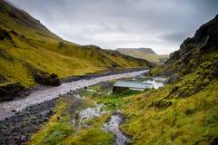 Seljavallalaug - stagno geotermico naturale della sorgente di acqua calda, Islanda del sud Immagini Stock