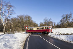 Selketal线的火车穿过在冬天风景的一条街道 免版税库存照片