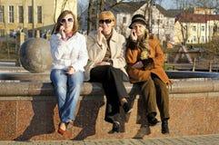 sell för mom för dottergranny talar lycklig mobil fotografering för bildbyråer