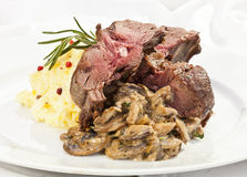 Sella della carne di cervo con purea di patate ed i funghi Fotografie Stock