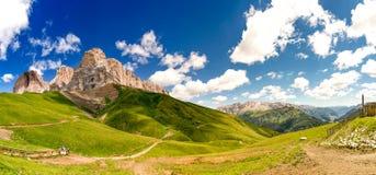 Sella i Val Gardena med den Sella gruppen royaltyfri fotografi