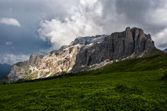 Sellaturme berg i en stormig dag, Dolomites, Italien Royaltyfri Foto