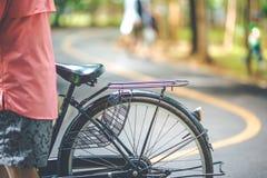 Selle de bicyclette avec la rue images stock