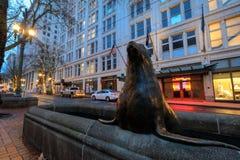 Selle la escultura en el cuadrado pionero en Portland céntrica Imagen de archivo