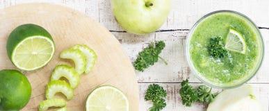Selleriestiel, Kalk, grüner Apfel, Guave mit Messer auf weißem Holz Stockfoto