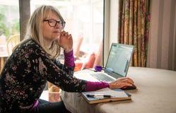Sellf zatrudniał kobiety pracuje od domu, podczas żywy webinar zdjęcie royalty free