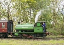 Selli il treno a vapore Birkenhead chiamata locomotiva 7386 del carro armato in bianco e nero a Elsecar, Barnsley, South Yorkshir Fotografia Stock