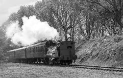 Selli il treno a vapore Birkenhead chiamata locomotiva 7386 del carro armato in bianco e nero a Elsecar, Barnsley, South Yorkshir Fotografie Stock Libere da Diritti