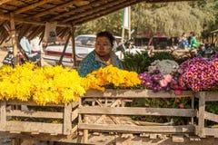 Sellingflowers birmani della donna al mercato asiatico Bagan, Myanmar Immagine Stock