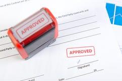 Sello automático en el documento del contrato Imagen de archivo libre de regalías