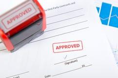 Sello automático en el documento del contrato Fotografía de archivo libre de regalías