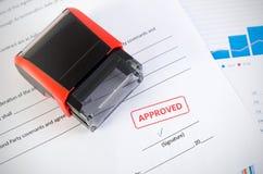 Sello automático en el documento del contrato Acuerdo aprobado Fotografía de archivo