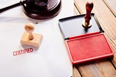 Sello de goma certificado rojo imagenes de archivo