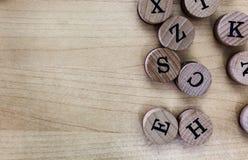 Sello de goma de madera abstracto moderno de la letra mayúscula del alfabeto del fondo del espacio vacío de la copia del concepto foto de archivo