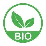 Sello de goma verde con el producto natural orgánico del texto y el bio símbolo aislado en el fondo blanco Vector ilustración del vector