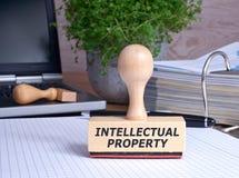 Sello de la propiedad intelectual en la oficina fotografía de archivo