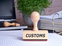 Sello de las aduanas en el escritorio en la oficina Fotografía de archivo libre de regalías