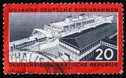 Sello de RDA Alemania dedicado al aniversario de 125 años de los ferrocarriles del deutsche, circa 1960 Imagen de archivo