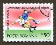 Sello de Rumania CIRCA 1990: Un sello impreso en Rumania muestra a 1990 el campeonato del fútbol del mundo en Italia Fotografía de archivo