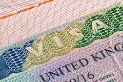 Sello de visa de Reino Unido en pasaporte Imágenes de archivo libres de regalías