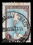 Sello impreso en el mapa de las demostraciones de la Argentina de la Argentina y de territorios antárticos imagen de archivo