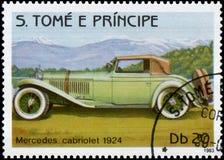 Sello impreso en S El tomo e Principe muestra a imagen del cabriolé retro de Mercedes del coche 1924 años de lanzamiento Imágenes de archivo libres de regalías