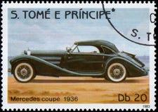 Sello impreso en S El tomo e Principe muestra a imagen del cupé retro de Mercedes del coche 1936 años de lanzamiento Foto de archivo