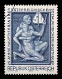 Sello impreso por Austria, simbolismo de las demostraciones para la ayuda y la ayuda Imagen de archivo libre de regalías