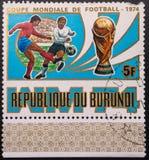 Sello 1974 La bola pintada en el indicador de Sur?frica aisl? en el fondo blanco F?tbol Rep?blica de Burundi foto de archivo