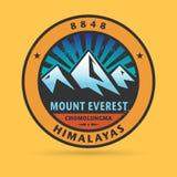 Sello o etiqueta con el monte Everest libre illustration