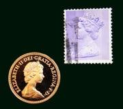 Sello púrpura BRITÁNICO con el retrato de Elizabeth II y del sovereign an o 80 del oro del australiano en fondo negro Fotografía de archivo
